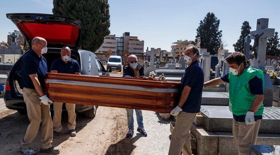 إصابة أزيد من 12 ألف طبيب وممرض بكورونا في إسبانيا ومدريد تنكس أعلامها