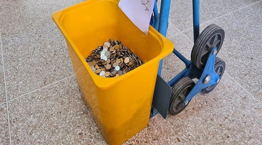 بالصور.. مواطن يدفع غرامة لرئيس بلدية أكادير بقطع نقدية صغيرة