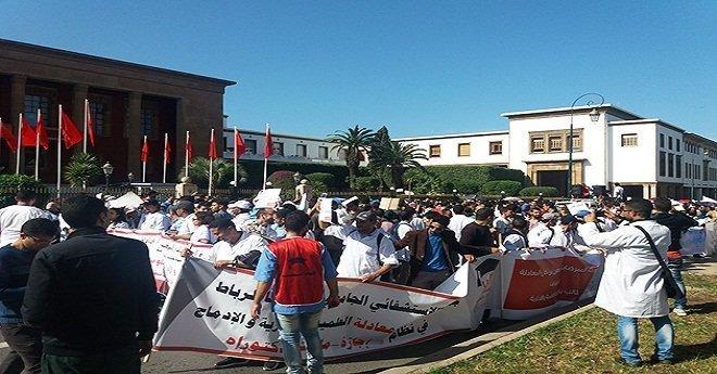 """مئات الممرضين يحتجون بالرباط ضد """"استهداف قطاع الصحة"""""""