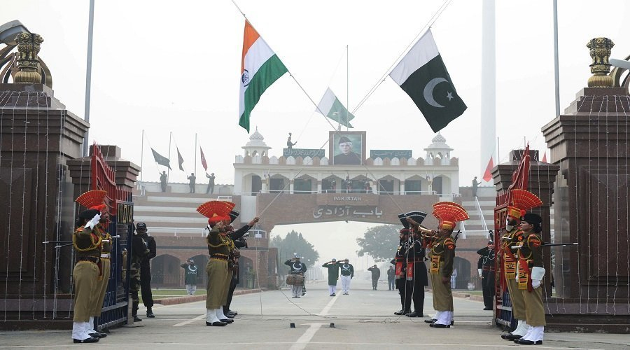 أزمة كشمير.. باكستان تطرد السفير الهندي وتعلق التجارة مع نيودلهي