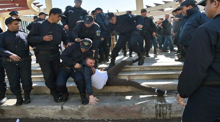 """السلطات الجزائرية تعتقل عشرات الصحافيين وأويحيى يحذر من """"سيناريو سوريا"""""""