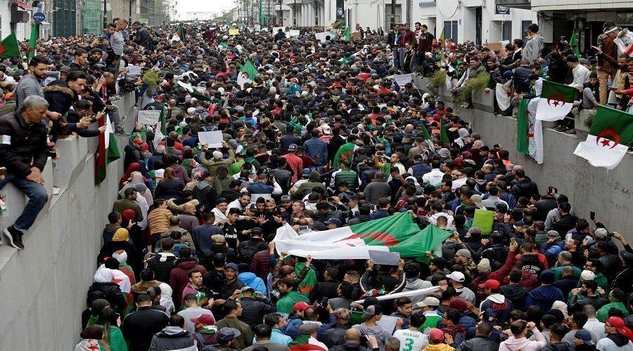 بعد الإطاحة ببوتفليقة.. الجزائريون يتظاهرون ضد رموز النظام