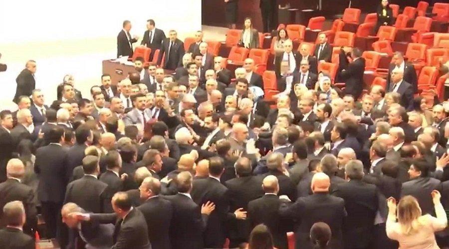 بالفيديو.. عراك جماعي داخل البرلمان التركي بسبب سوريا