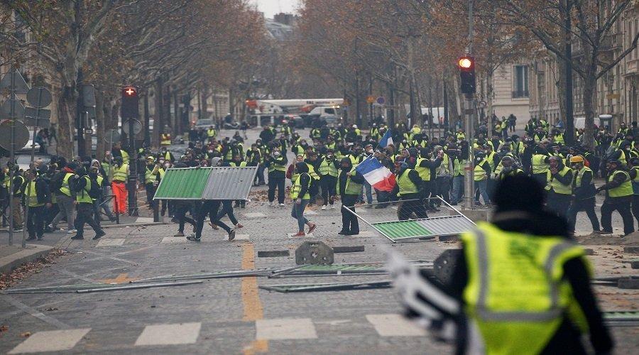 السترات الصفراء تعود إلى شوارع فرنسا من جديد