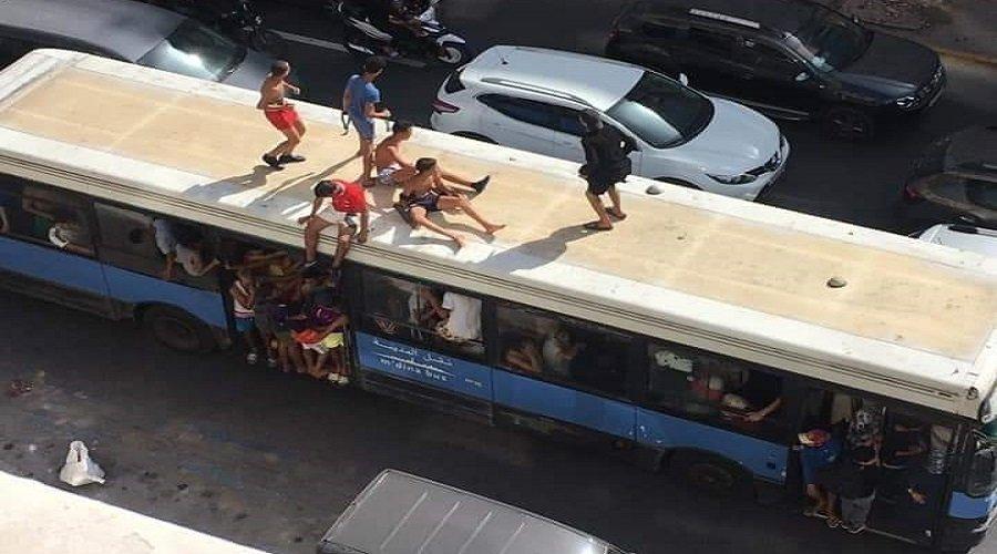 شباب يركبون أسطح الحافلات في شوارع الدار البيضاء