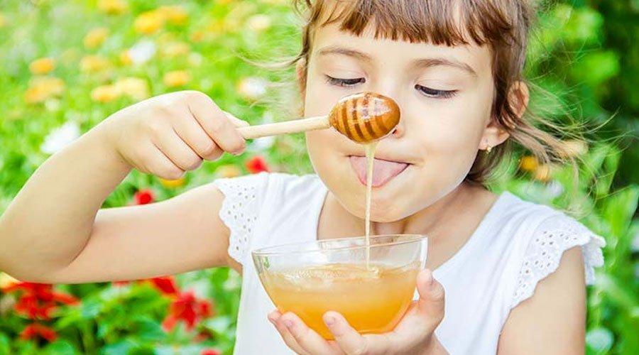 لهذه الأسباب احرصي على تناول أطفالك للعسل