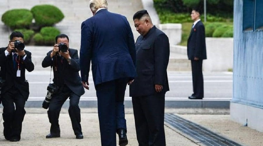 """سابقة...ترامب يستأذن الزعيم الكوري قبل العبور لـ""""بيونج يانج"""" وكيم يرد """"هذا شرف"""""""