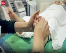 """شاهد الطريقة الفعالة لإزالة التعب والإرهاق من الجسد عبر طريقة """"الضغط على القدمين"""""""