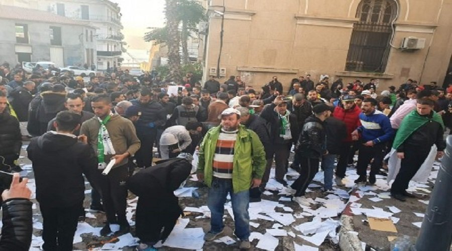 محتجون يقتحمون مراكز تصويت في انتخابات الجزائر