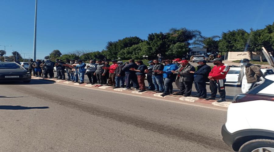 """""""أصحاب الطاكسيات"""" يعترضون الحافلات الجديدة بعد تراجع المداخيل"""