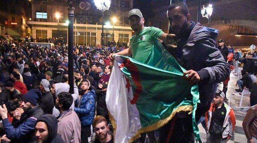 بعد بيان قائد الجيش.. مظاهرات ليلية في الجزائر