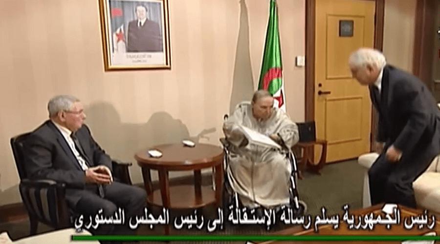 بالفيديو.. لحظة تقديم بوتفليقة لاستقالته وهذه رسالته للجزائريين