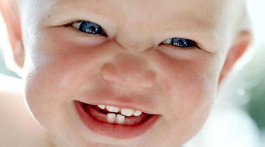 """تعرفوا على الطريقة الصحيحة للاعتناء ب""""أسنان الحليب"""" عند الأطفال"""