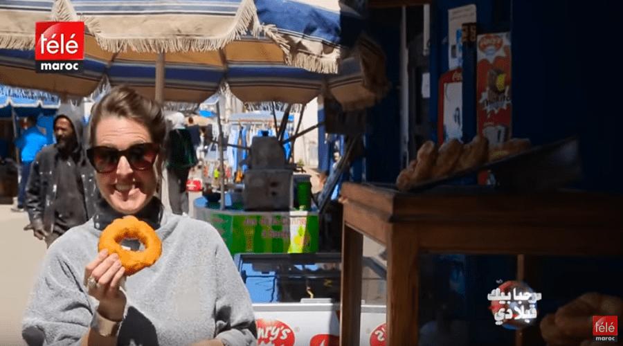 أمريكية تتحدث العربية بطلاقة مدمنة على أكل السفنج والشاي يوميا