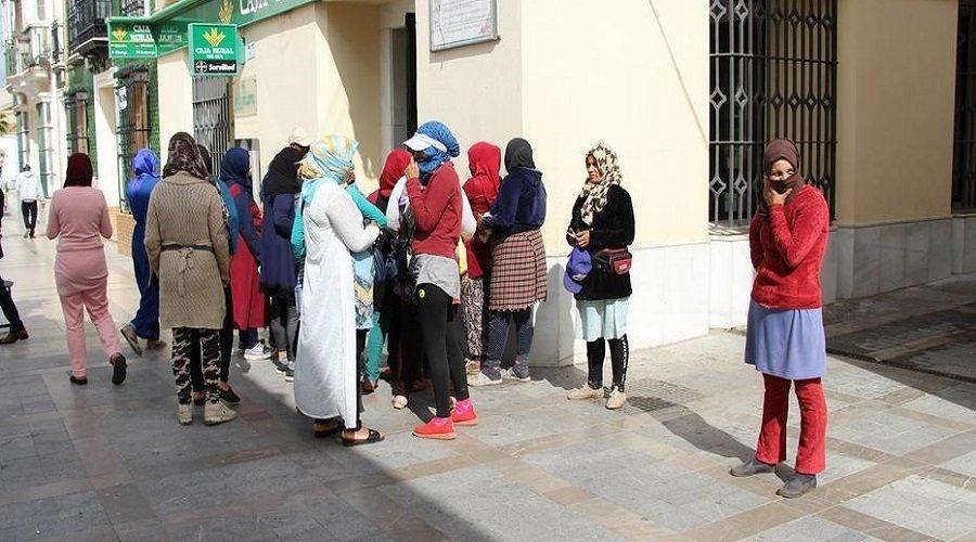 الإعلان عن موعد إعادة عاملات الفراولة المغربيات العالقات بإسبانيا