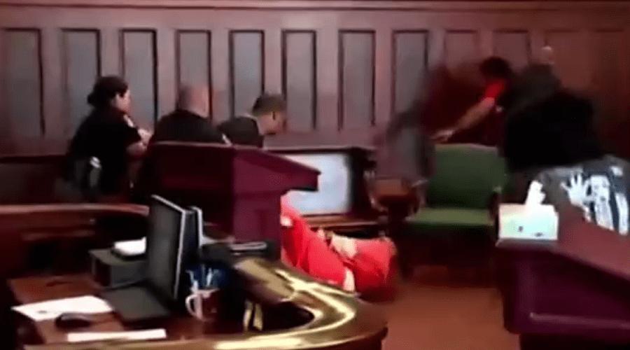 بالفيديو.. أمريكيان يهاجمان قاتل أمهما داخل المحكمة