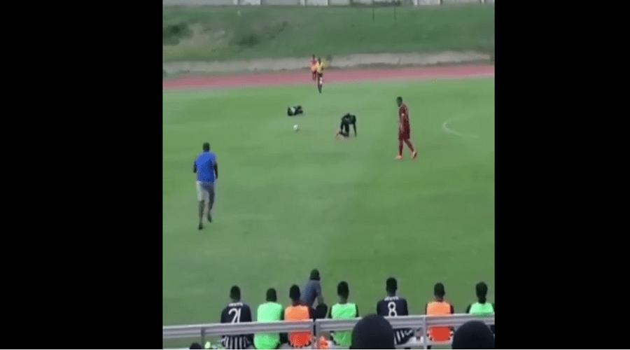 بالفيديو.. صاعقة تضرب لاعبين أثناء مباراة لكرة القدم
