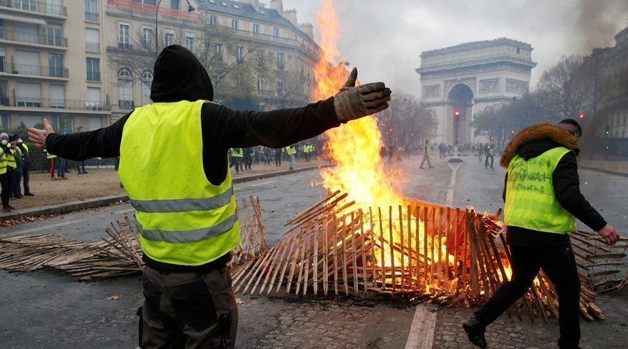 الحكومة الفرنسية ترضخ لمطالب المحتجين وتعلّق زيادة الضريبة على الوقود